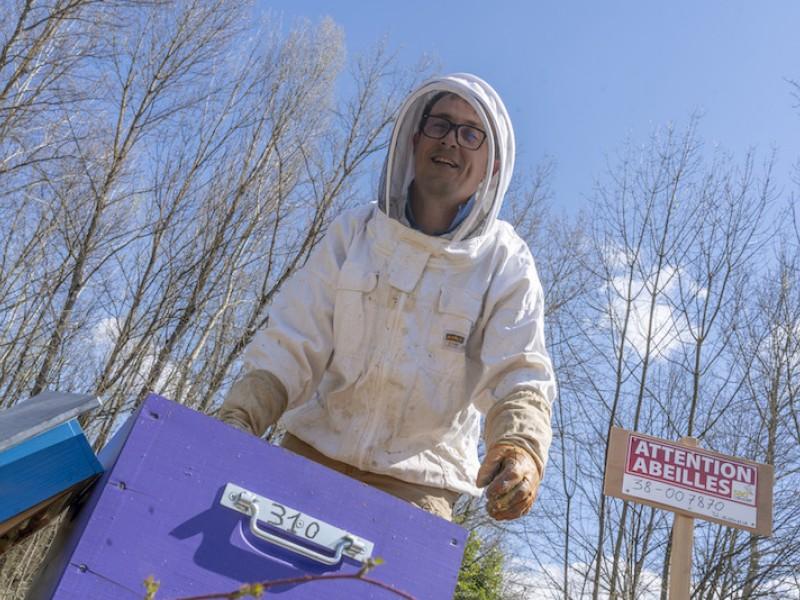 Benjamin en tenue d'apiculteur